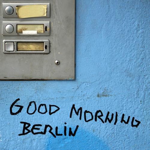 Berliner Morgen (II) Mauer Wand Namensschild Klingel Sand Metall Schriftzeichen Graffiti fest trashig trist selbstbewußt Tatkraft Sympathie Romantik Wachsamkeit