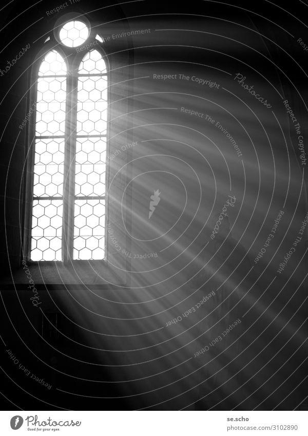 Erleuchtung Kirche Stimmung Einsamkeit Fenster Denken Erkenntnis Schwarzweißfoto Innenaufnahme Menschenleer Textfreiraum rechts Textfreiraum unten