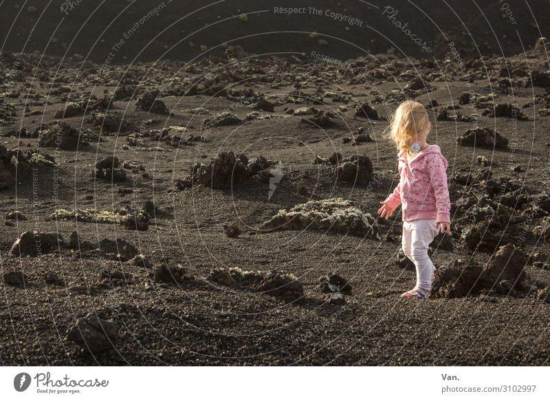 Farbklecks Ferien & Urlaub & Reisen Kind Kleinkind Mädchen 1 Mensch 1-3 Jahre Natur Landschaft Erde Schönes Wetter Pflanze Moos Felsen Vulkaninsel vulkanisch