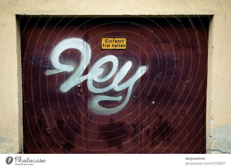 """"""" Hey """" steht auf der Garageneinfahrt in Weiß. . Einfahrt Frei halten. Auf dunklem Untergrund. Design Ausflug Bayern Deutschland Gebäude Dekoration & Verzierung"""