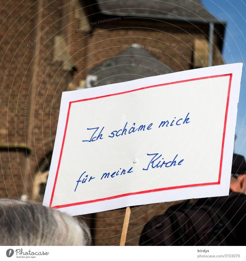 Gläubige schämen sich für ihre Kirche Mensch Erwachsene Religion & Glaube Senior Traurigkeit Haare & Frisuren Körper Schriftzeichen authentisch Hinweisschild