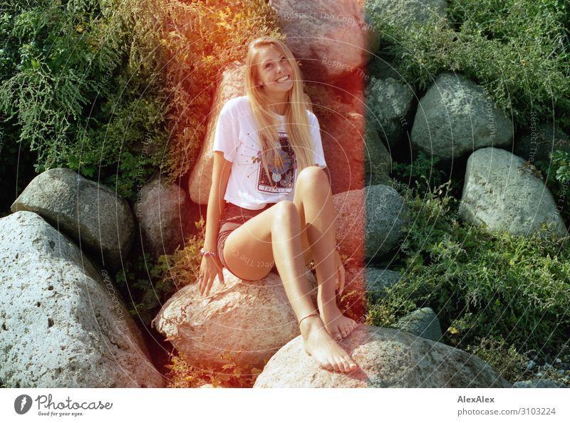Analoges Portrait mit Lightleaks einer jungen Frau am Strand Jugendliche Junge Frau Sommer schön Landschaft Freude 18-30 Jahre Lifestyle Beine Erwachsene Leben