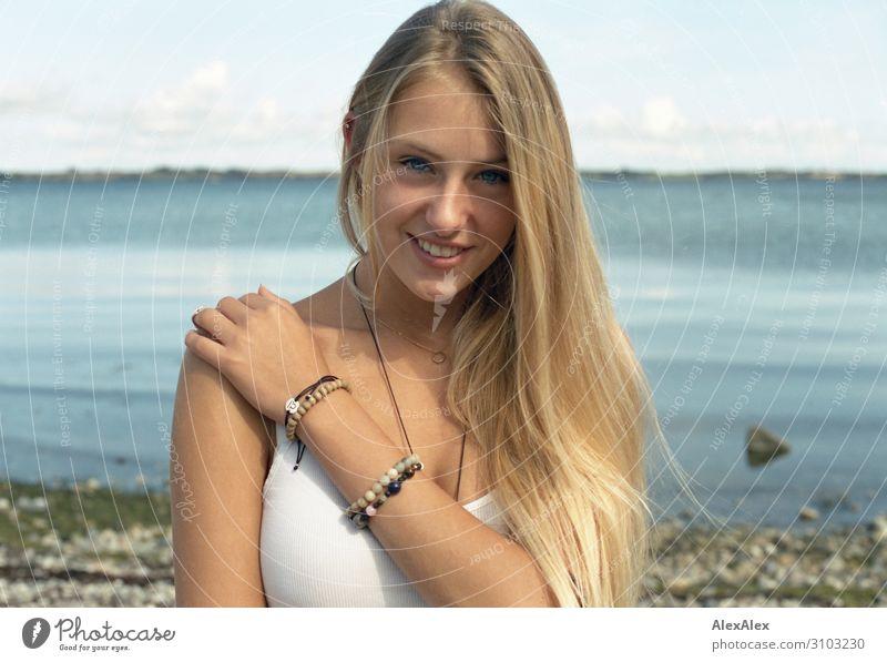 Portrait einer jungen Frau am Meer Lifestyle Stil schön Leben Wohlgefühl Sommer Sonne Strand Junge Frau Jugendliche Model 18-30 Jahre Erwachsene Landschaft