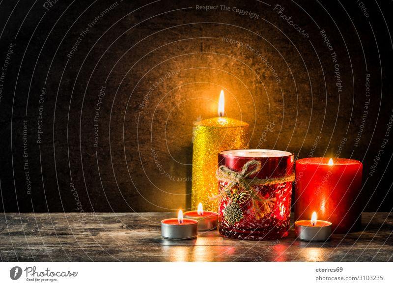 Weihnachtskerzen auf Holztisch. Dimmen Sie das Licht. Weihnachten & Advent Kerze halbdunkel Feuer rot Ornament Hintergrund festlich Beleuchtung Illumination