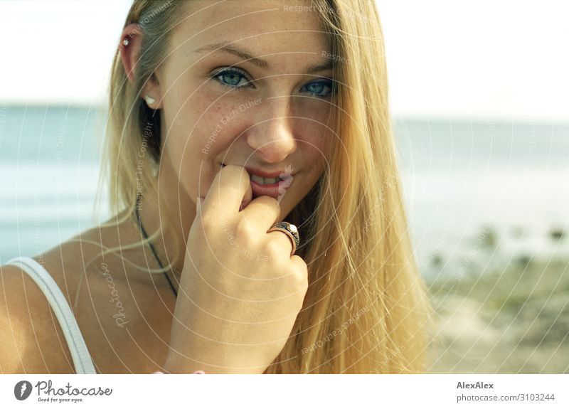 Portrait einer jungen Frau Stil schön Wohlgefühl Sommer Sommerurlaub Strand Meer Junge Frau Jugendliche 18-30 Jahre Erwachsene Model Landschaft Schönes Wetter