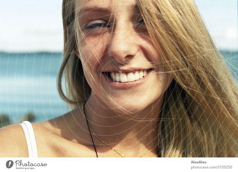 Portrait einer jungen Frau Jugendliche Junge Frau Sommer schön Landschaft Sonne Meer Freude Strand 18-30 Jahre Erwachsene Leben natürlich feminin Glück blond
