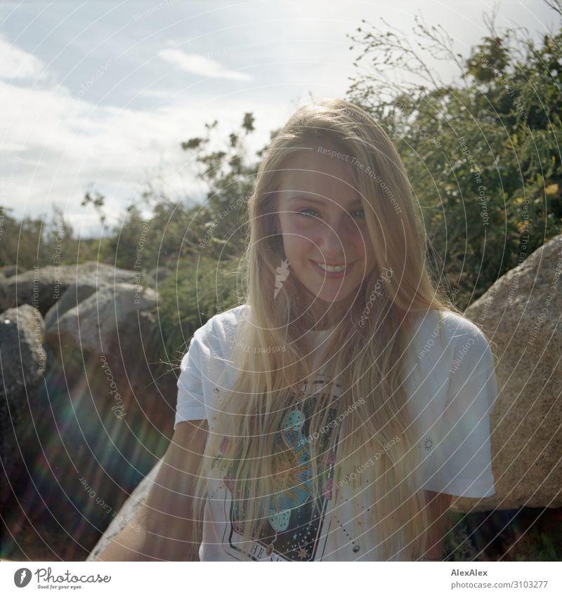 Gegenlichtportrait einer jungen, lächelnden Frau Freude Leben Wohlgefühl Sommer Sommerurlaub Sonne Sonnenbad Junge Frau Jugendliche 18-30 Jahre Erwachsene