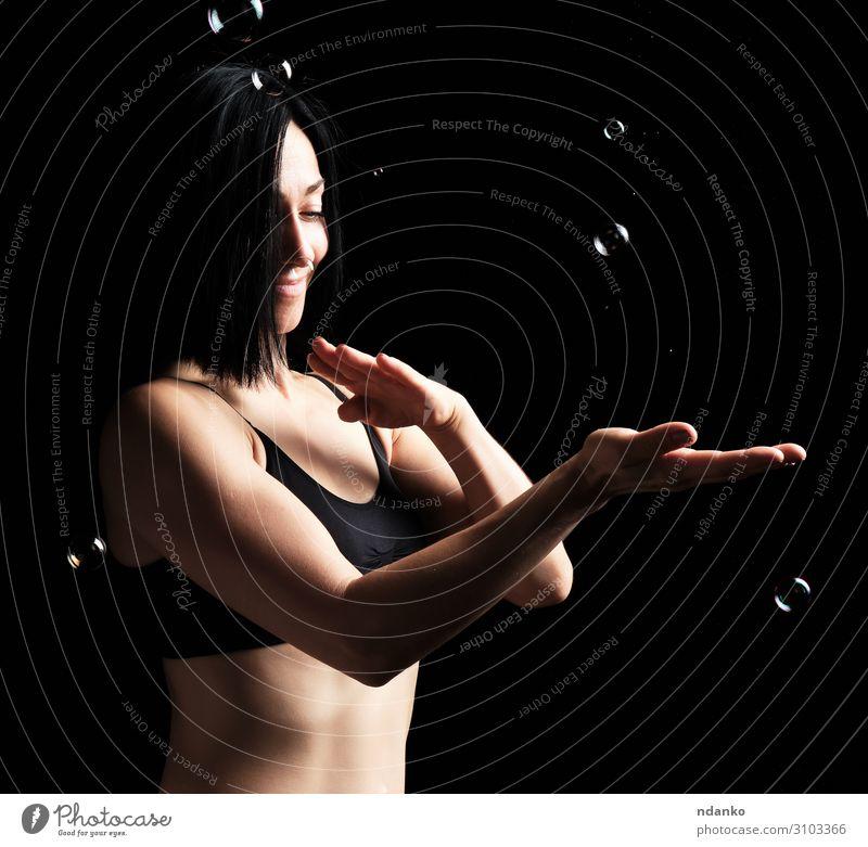 schöne athletische Frau mit muskulösem Körper Lifestyle Gesicht Sport Mensch Erwachsene Hand Bekleidung Fitness fliegen stehen sportlich dunkel dünn stark