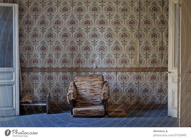 verlassenes Haus Wohnzimmer Möbel Stuhl Tapete Architektur verblüht warten dreckig retro Stimmung Einsamkeit Nostalgie Surrealismus gebrochen Armsessel gerissen