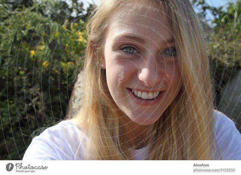 Portrait einer jungen, lächelnden Frau Freude schön Wohlgefühl Sinnesorgane Sommer Sonne Junge Frau Jugendliche Gesicht 18-30 Jahre Erwachsene Landschaft