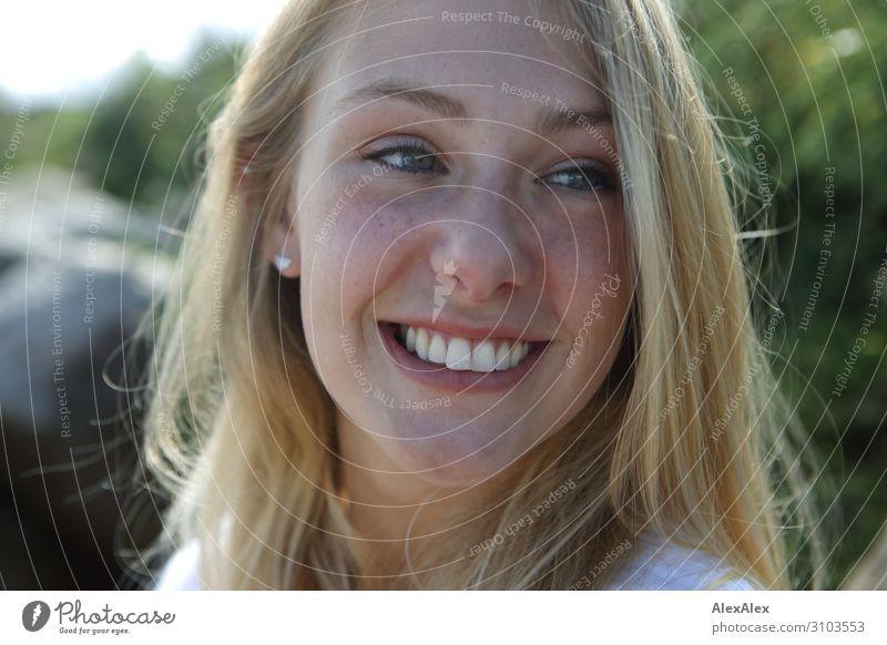 Portrait einer jungen, lächelnden Frau Freude schön Leben Wohlgefühl Sommer Sonne Junge Frau Jugendliche 18-30 Jahre Erwachsene Landschaft Schönes Wetter