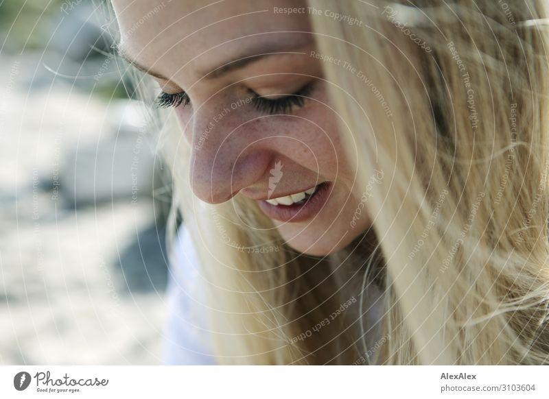 Portrait einer jungen Frau Stil schön Sinnesorgane Erholung Sommer Sommerurlaub Junge Frau Jugendliche Gesicht Sommersprossen 18-30 Jahre Erwachsene Natur