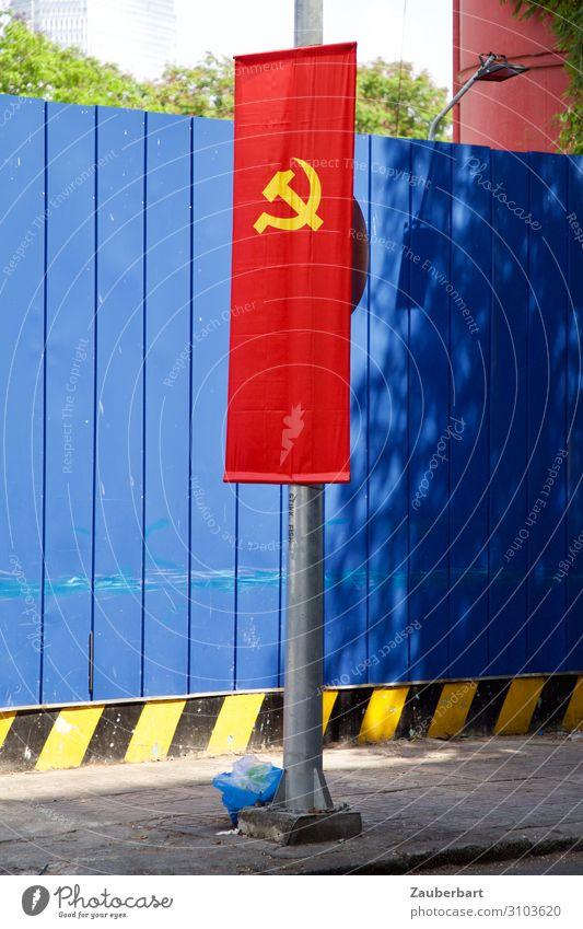 Hammer und Sichel auf rot und blau Saigon Vietnam Mauer Wand Fahne Fahnenmast Zeichen eckig Ehre Solidarität dumm Gewalt Präzision Sozialismus Kommunismus