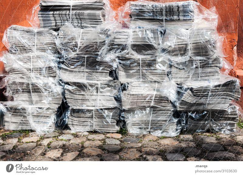 NEWS Printmedien Zeitung Stapel neu viele Bildung Kommunizieren Information Farbfoto Außenaufnahme Tag