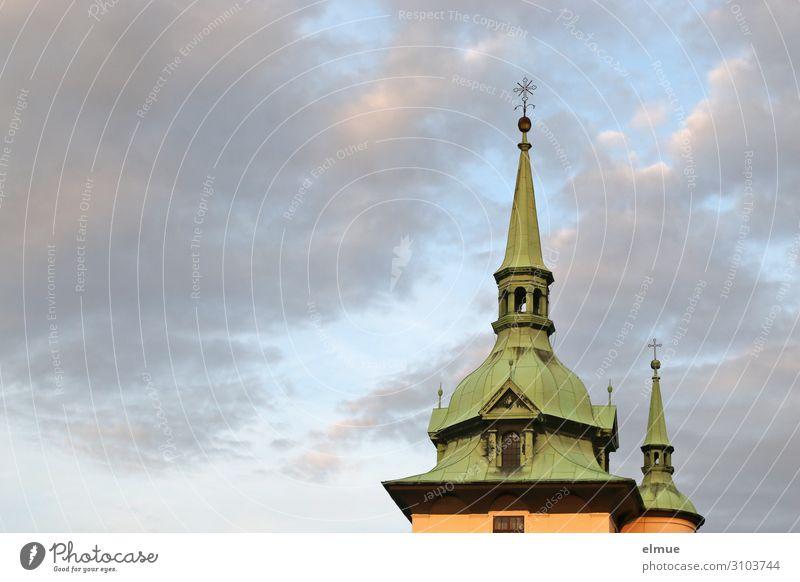 Kirchturm Himmel Wolken Altstadt Kirche Architektur Kirchturmspitze Christliches Kreuz alt historisch Zufriedenheit Kraft Vertrauen Sicherheit Mitgefühl dankbar