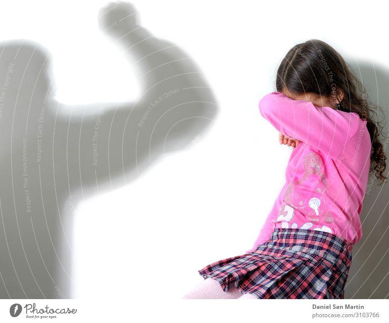 Gewalt in einer alkoholkranken Familie. Spiegelung eines gewalttätigen Mannes. Alkohol Übergewicht Haus Kind Mensch Junge Frau Erwachsene Eltern Mutter Vater