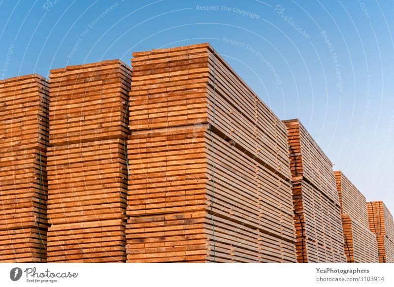 Holzbretter stapeln sich im Freien. Holzindustrie. Holzvorrat Fabrik Wirtschaft Business Säge Umwelt Baum Zerstörung alternativ Blauer Himmel Zimmerer