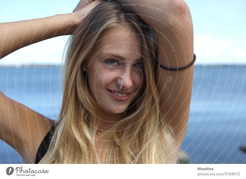 Portrait einer jungen Frau am Meer Jugendliche Junge Frau Sommer schön Landschaft Sonne Freude 18-30 Jahre Gesicht Erwachsene Leben natürlich blond Lächeln