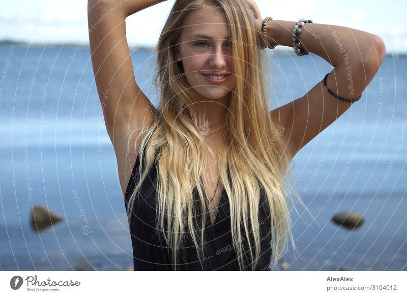 Portrait einer jungen, blonden Frau am Meer Freude schön Sommer Sommerurlaub Strand Junge Frau Jugendliche Model 18-30 Jahre Erwachsene Landschaft