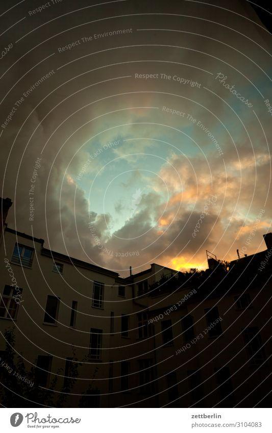 Sonnenuntergang in Schöneberg Altbau Fassade Fenster Haus Himmel Himmel (Jenseits) Rückansicht Hinterhof Hof Terrasse Innenhof Stadtzentrum Mehrfamilienhaus