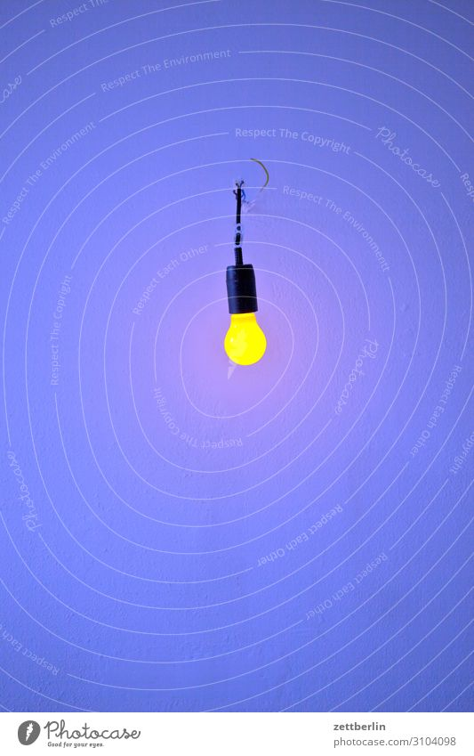 Gelbes Licht und blaue Wand Bad Dusche (Installation) Menschenleer Raum Innenarchitektur Textfreiraum Textfreiraum oben Textfreiraum unten Textfreiraum links