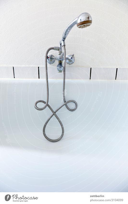 Duschkopf weiß Innenarchitektur Textfreiraum Häusliches Leben Wohnung Raum Badewanne Sauberkeit Körperpflege Fliesen u. Kacheln Wohnzimmer Dusche (Installation)