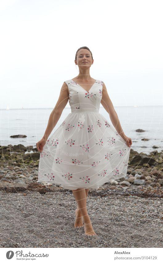 Junge Frau am Ostseestrand in Tanzpose elegant Stil schön Leben harmonisch Strand Meer Jugendliche 18-30 Jahre Erwachsene Landschaft Schönes Wetter Kleid Barfuß