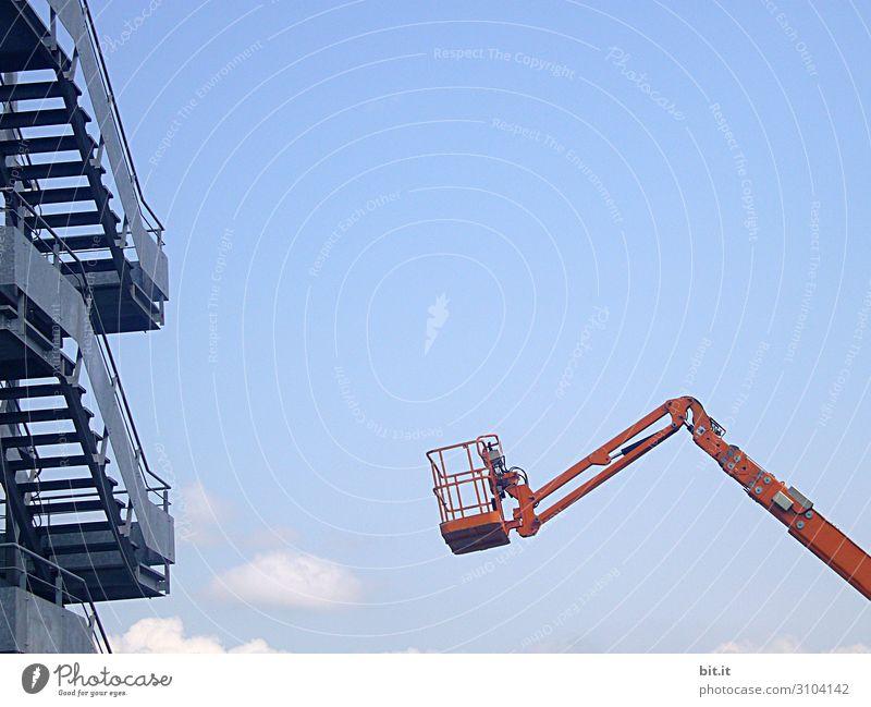 Hebebühne vor einer Aussentreppe, vor blauem Himmel. Berufsausbildung Baustelle Handwerk Karriere Ruhestand Feierabend Leiter Maschine Kran Hebevorrichtung