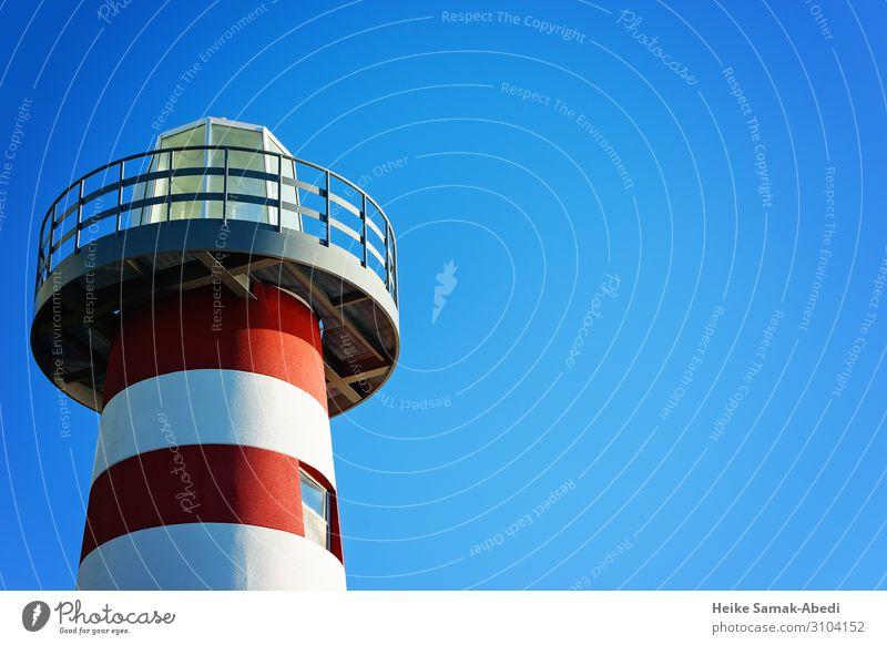 Ausschnitt eines Leuchtturms Himmel Turm Bauwerk maritim blau rot weiß nautisch Schifffahrt Freisteller Farbfoto Textfreiraum rechts