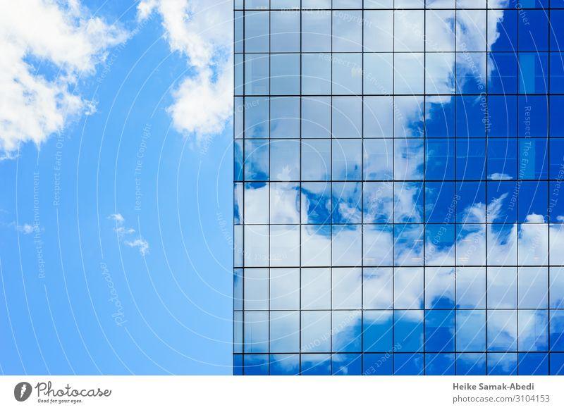 Wolkenspiegelung an einem Wolkenkratzer Himmel Hochhaus Gebäude Architektur Fassade Fenster Glas Stadt blau Reflexion & Spiegelung Farbfoto Menschenleer