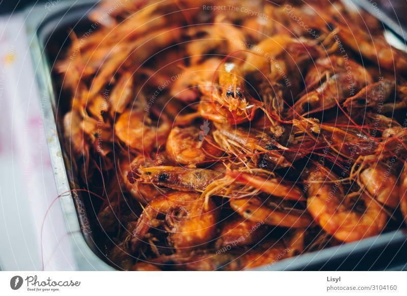 Gekochte Garnelen oder Garnelen auf einem Silbertablett. Lebensmittel Meeresfrüchte Ernährung Essen Frühstück Mittagessen Abendessen Diät Asiatische Küche