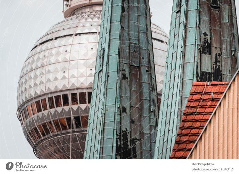 Berliner Nikolaiviertel mit Fernsehturm Ferien & Urlaub & Reisen Tourismus Ausflug Sightseeing Städtereise Kirche Turm Bauwerk Gebäude Architektur