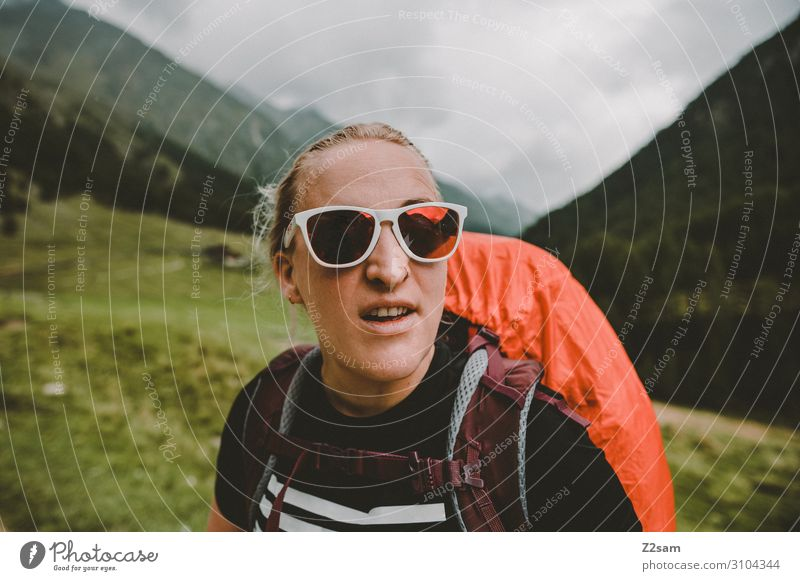 Wandern am südtiroler Eisjöchl wandern Klettern Bergsteigen feminin Junge Frau Jugendliche Natur Landschaft Wolken schlechtes Wetter Wald Alpen Berge u. Gebirge