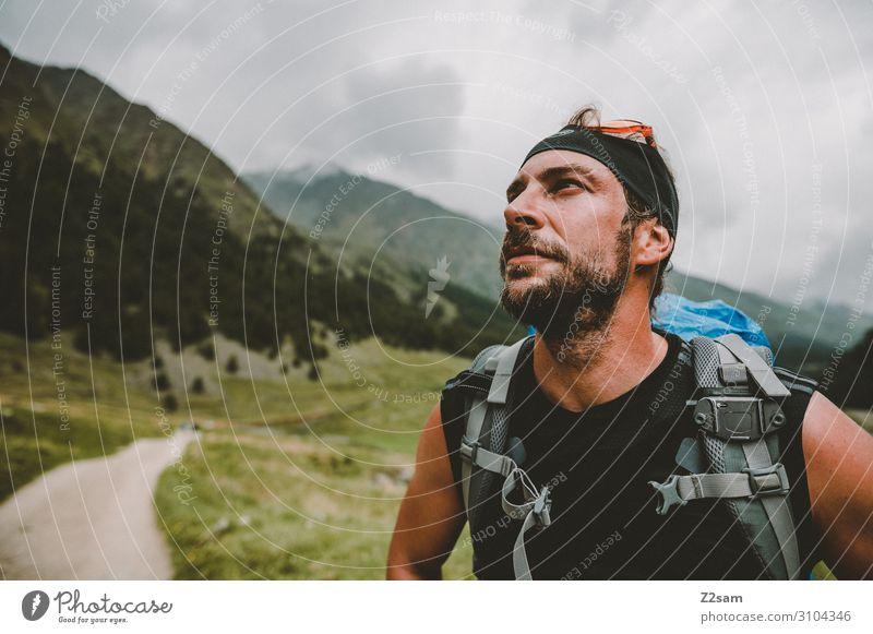 Wanderer mit Blick auf den Gipfel Ferien & Urlaub & Reisen Natur Jugendliche Junger Mann Landschaft Wolken Berge u. Gebirge Erwachsene Herbst Wiese
