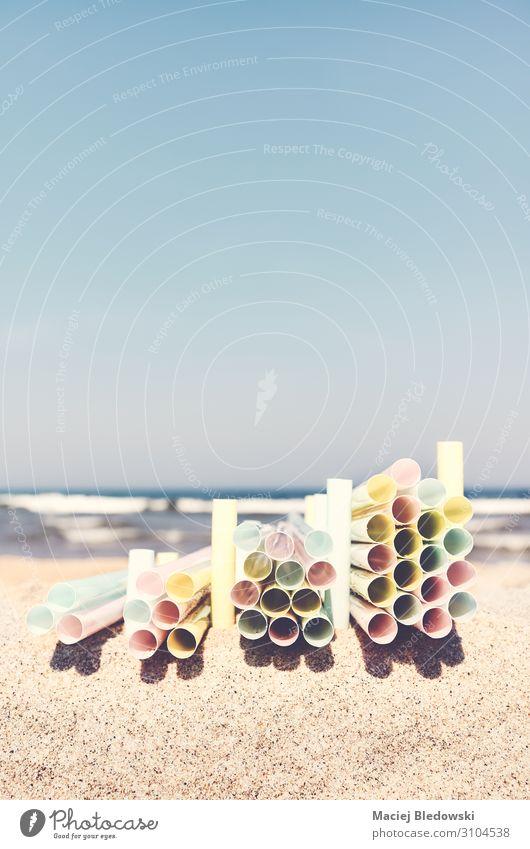 Stapel von Plastikstrohhalmen an einem Strand. Lifestyle Meer Industrie Handel Umwelt Natur Sand Himmel Tube Kunststoff Umweltverschmutzung Wandel & Veränderung