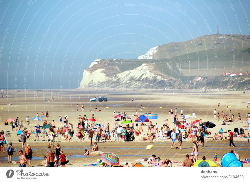Menschen bei Ebbe am Strand bei Cap Blanc Nez Menschenmenge Wolkenloser Himmel Meer Ärmelkanal Wissant Fischerboot Bikini Badehose Sonnenschirm Sand Wasser
