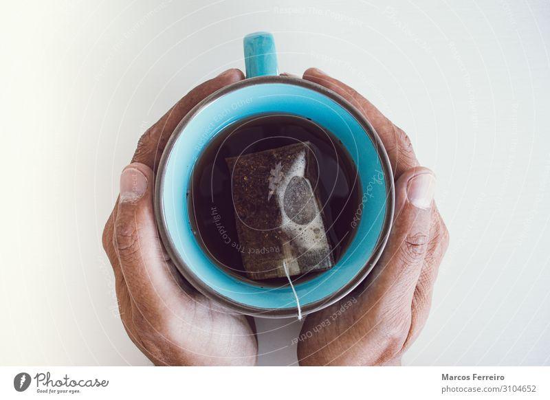 Teetasse zwischen den Händen mit weißem Hintergrund Getränk trinken Heißgetränk Lifestyle Gesunde Ernährung Erholung Häusliches Leben Schreibtisch Mensch