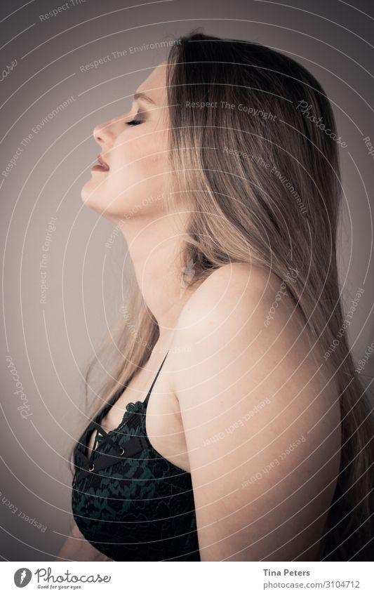 Einfach genießen elegant schön Mensch feminin Junge Frau Jugendliche Kopf Haare & Frisuren Gesicht 1 18-30 Jahre Erwachsene Unterwäsche blond langhaarig