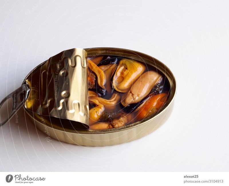 Natürliche Muscheln in Dosen auf weißem Hintergrund Meeresfrüchte Ernährung Abendessen Container Metall Stahl glänzend natürlich konserviert konservieren