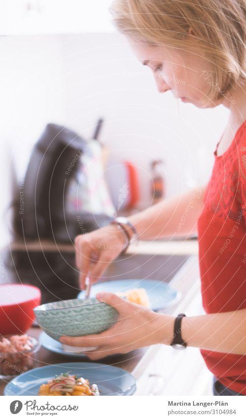 Lieber selber kochen Ernährung Teller Schalen & Schüsseln Gesunde Ernährung Küche feminin Junge Frau Jugendliche 1 Mensch 18-30 Jahre Erwachsene Essen