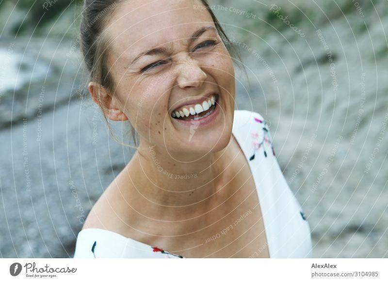 Portrait einer lachenden jungen Frau schön Leben Sommerurlaub Junge Frau Jugendliche Gesicht 18-30 Jahre Erwachsene Schönes Wetter Kleid brünett langhaarig