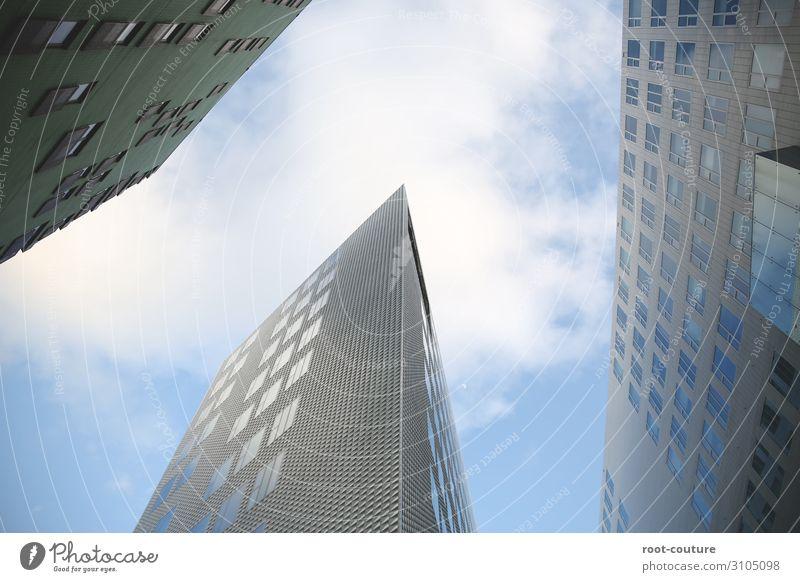 Skyline mit blauem Himmel und Wolken Arbeitsplatz Büro Wirtschaft Baustelle Börse Geldinstitut Business Unternehmen Karriere Erfolg Stadt Hochhaus Bankgebäude