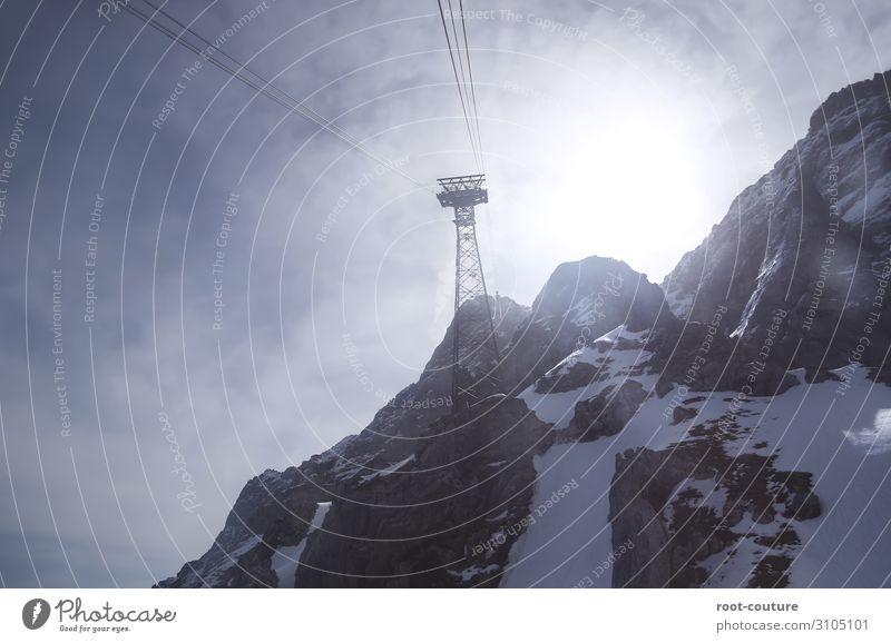Sonniger Bergblick vom Lift aus auf den Gipfel Ferien & Urlaub & Reisen Winter Schnee Winterurlaub Berge u. Gebirge Weihnachten & Advent Sport Wintersport