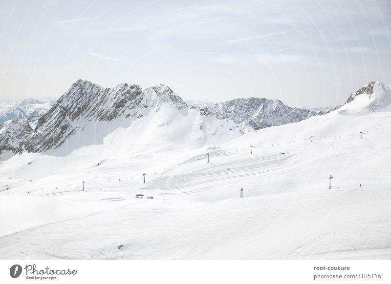 Skigebiet mit schneebedeckten Bergen im Hintergrund Ferien & Urlaub & Reisen Winter Schnee Winterurlaub Berge u. Gebirge Weihnachten & Advent Sport Skifahren