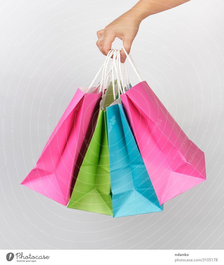 farbige Papiertüten für Einkaufsverpackungen Lifestyle kaufen Stil Design Business Frau Erwachsene Hand Container Mode Verpackung Paket modern neu grün rosa
