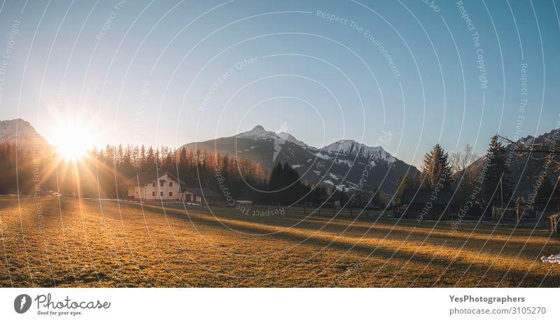 Helle Winterlandschaft im Alpendorf bei Sonnenuntergang Ferien & Urlaub & Reisen Tourismus Berge u. Gebirge Haus Natur Landschaft Wetter Wald Dorf Fröhlichkeit