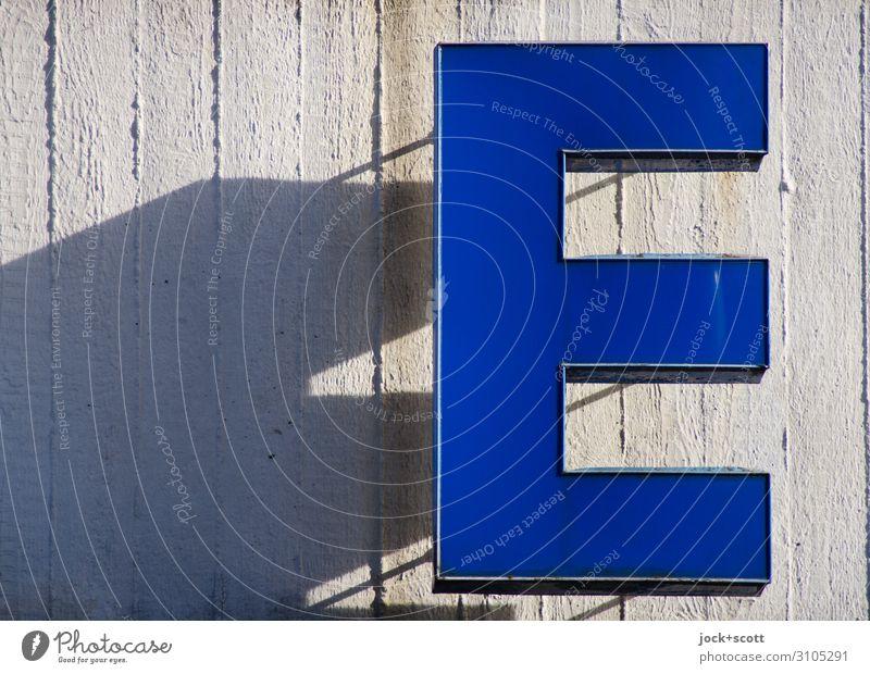 Buchstabe E Leuchtkasten Beton Kunststoff Streifen hängen eckig Wärme blau authentisch ästhetisch Qualität Schattenspiel Typographie hervorragend Lichtspiel
