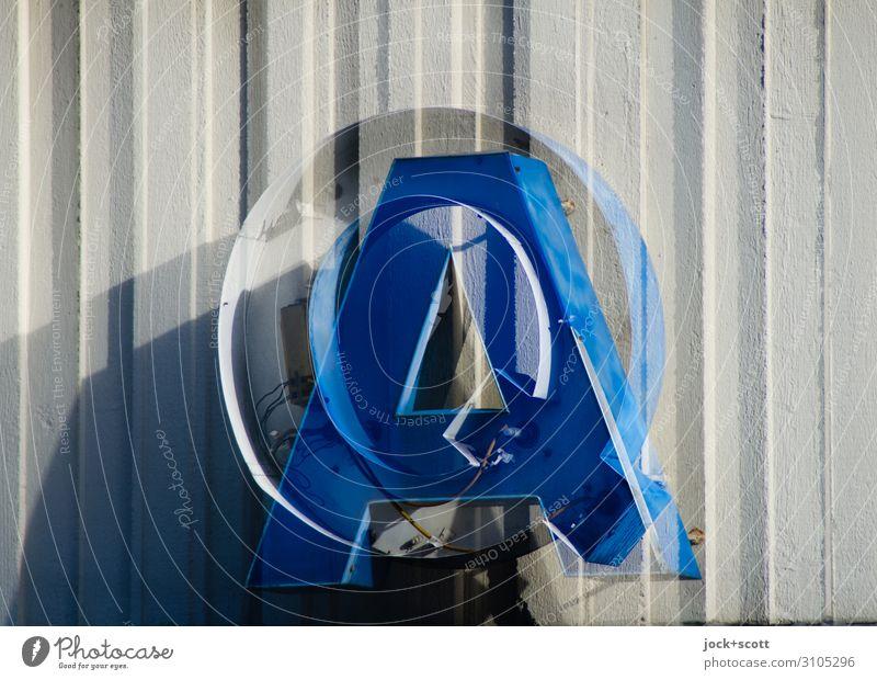 Q&A versus Firlefanz Leuchtkasten Metall Kunststoff Schriftzeichen Streifen Fragen hängen außergewöhnlich blau skurril Irritation Doppelbelichtung Typographie