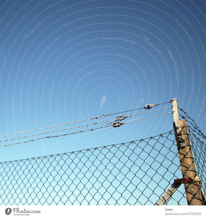 Spielplatz Himmel Stadt Design Linie Metall Ordnung Perspektive Schönes Wetter gefährlich Schutz Sicherheit Netzwerk Zaun Wachsamkeit Inspiration Irritation