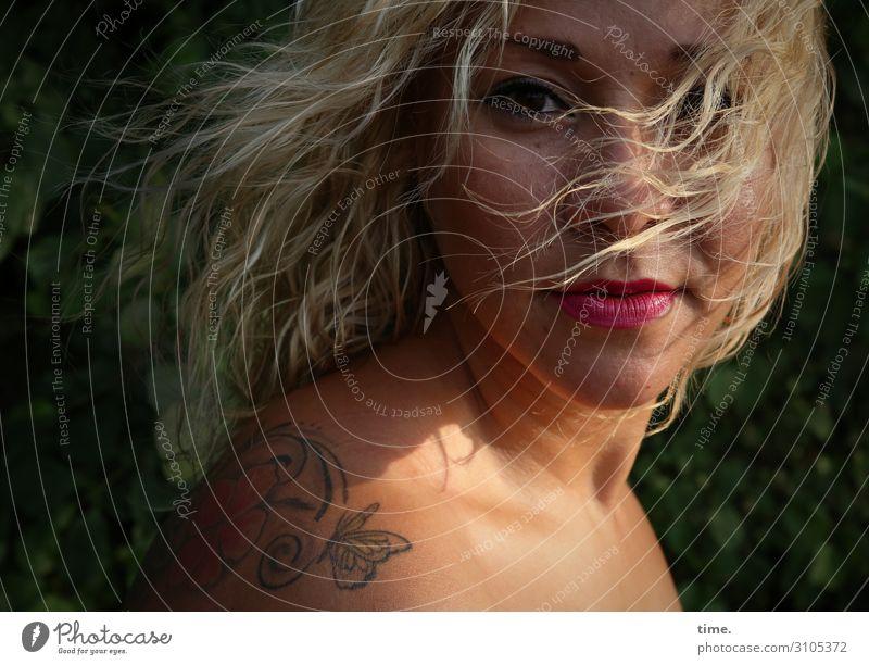 Maria feminin Frau Erwachsene 1 Mensch Sommer Schönes Wetter Wind Park Tattoo blond langhaarig Locken beobachten Blick warten schön wild Gefühle Leidenschaft